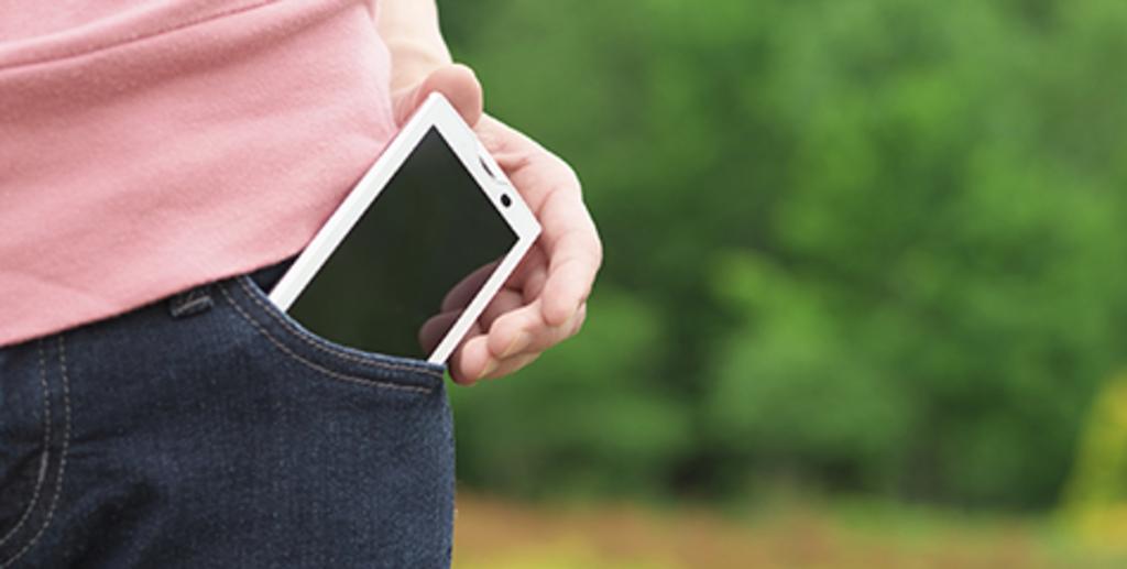 guardando celular no bolso