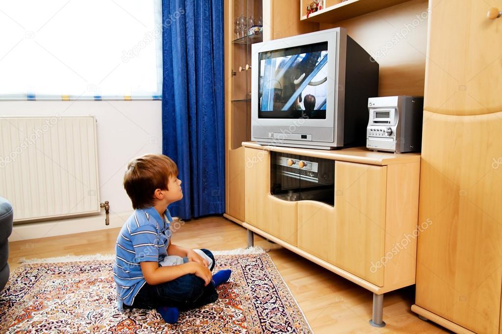 criança vendo tv drogadelia itapecerica da serra