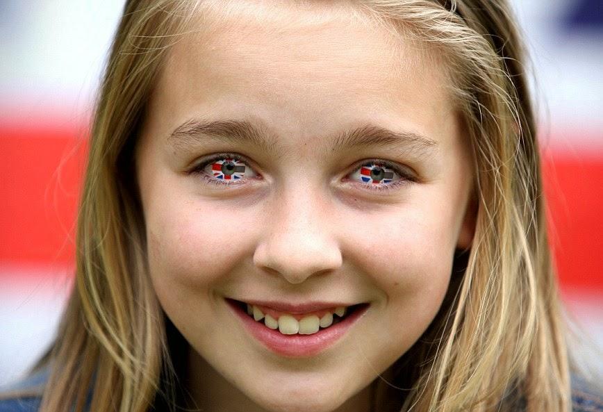 menina com lentes de contato